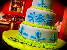 royal icing pattern, by me - Tiny Tastes #cakes #fondant #tinytastes     http://www.facebook.com/TinyTastes tinytastes.net