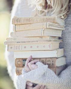 Così tanti libri da leggere e così poco tempo...  #leggereègioia #leggereovunque  #profumodilibri #voglioleggereditutto #semprelibri #leggeresempre #reading #leggere #leggo #libro #libri #library #libreria #instadraw #instabook #book #books #loveread #amorelibri #beauty  #viaggiatricepigra