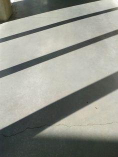 LIJN = de schaduwlijnen van het raam zijn negatieve lijnen. Dynamisch, actief (verschuift met de richting van de zon), recht, dik, parallell en wazige lijn