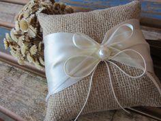 Almofada artesanal rústica para alianças. Confeccionada com juta, fita de cetim na cor pérola, cordão de algodão e pérola.