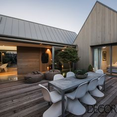 Residência localizada na cidade de Christchurch, na Nova Zelândia, recebe acabamentos em materiais leves e naturais, predominantemente, em marcenaria. A morada é composta por quatro construções integradas que possuem amplas aberturas envidraçadas.