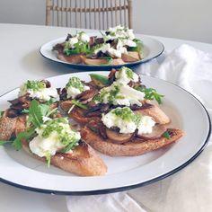 Ook heerlijke bruschetta maken? Bekijk dan eens dit vegetarische bruschetta recept. Ingredienten: stokbrood, mozzarella kaas, pesto, champignons. Kruiden