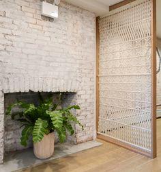 Еще пример зонирующего декора для любительниц и любителей макраме и другого арта: перегородка с узорами из веревок