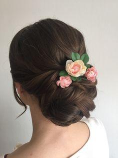 Brautfrisur: ein Lockerer Knoten im Nacken mit Blumen Wedding Updo, Up Hairstyles, Flowers In Hair, Updos, Hair Beauty, Hair Styles, Bouquets, Lisa, Wedding Ideas