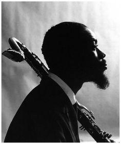 Jazzman: Eric Dolphy. Los Angeles, California, 1928/Berlin, Alemania, 1964 Saxo Alto. Saxo alto, flautista y clarinete bajo del hard bop tardío con un pie en el free jazz. Auténtico virtuoso de todos los instrumentos citados y apasionado improvisador. Como él mismo declara, cada nota que toca tiene relación con los acordes del tema, pero en sus improvisaciones vuelve menos a la tonalidad que su gran admirador y compañero de búsqueda, John Coltrane.