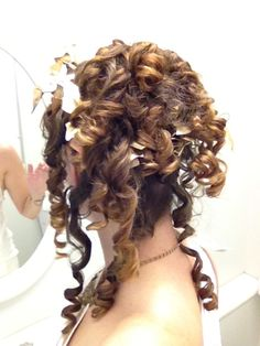 Awesome curls for a Greek toga party at work. Theme Parties, Party Themes, Party Ideas, 25th Birthday, Birthday Ideas, Toga Party Costume, Greek Toga, Egyptian Party, Old Hairstyles