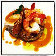 Saltejat de llagostins, vieira i calamar amb trinxat de ceps i botifarra negra. Cuina de Toni Gordillo.