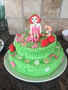 My strawberry shortcake cake ❤️ for little Ruby that turned 3 year old. Jordgubbslisa tårta med choklad och jordgubbsmousse .