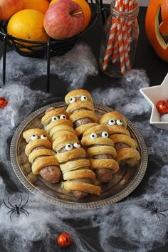 Sausage Mummies - Halloween Food for Kids These Sausage Mummies will make a really fun addition to a kids Halloween party! You just need some sausages, pastry and edible eyes! Halloween Breakfast, Birthday Breakfast, Halloween Food For Party, Halloween Meals, Halloween Traditions, Halloween Dinner, Halloween Drinks, Halloween Season, Halloween 2020