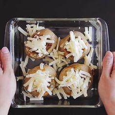 Fırına: 4 adet patatesi 300 derecede 7 dakika Üstlerinden dolmalık gibi oy içlerini çıkar  Tavaya: Yağ sıvı bir kaşık  Sarımsak 4/5 baş ince kıyılmış Kıyma 100 gr  Soğan iki orta boy doğranmış Yeşilbiber iki/üç adet doğranmış Karabiber biraz Hepsini karıştırarak pişir  Et biraz pişince: Ketçap bir/iki kaşık Barbekü sosu bir kaşık Toz biber Karıştırarak çok az pişir sonra patateslerin içine koy Mozzarella üzerine serp Fırınla 200 derecede 15 dk  Maydanoz doğranmış üzerine serp