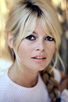 Brigitte Bardot bangs and braid Blonde Pony, Cool Blonde Hair, Blonde Bangs, Hair Bangs, Maquillage Brigitte Bardot, Hairstyles With Bangs, Girl Hairstyles, Fringe Hairstyles, Trendy Hairstyles