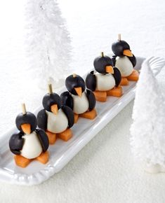 pinguïn (Maybe, with aged cheese, black olives and mozzarella or another savory spread? Christmas Snacks, Xmas Food, Christmas Breakfast, Kids Party Treats, Party Snacks, Best Holiday Appetizers, Food Garnishes, Lunch Snacks, Creative Food
