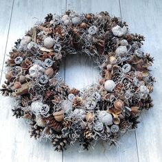 Baptism Table Decorations, Xmas Decorations, Christmas Advent Wreath, Christmas Time, Dried Flowers, Burlap Wreath, Crafts, Pine Cones, Merry