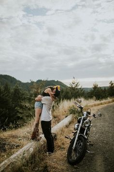 This Edgy Oregon Couple Took Their Motorcycle for a Spin Around Dorena Lake - Biker Couple - Motocicletas Motorcycle Wedding, Scooter Motorcycle, Motorcycle Types, Motorcycle Travel, Motorcycle Design, Bike Wedding, Motorcycle Couple Pictures, Biker Couple, Oregon