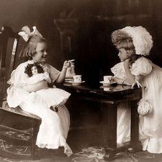 Vintage Little Girls Tea Party Party Vintage, Vintage Tee, Vintage Poster, Vintage Girls, Vintage Black, Images Vintage, Vintage Pictures, Old Pictures, Old Photos