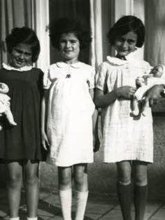 From left to right: Eva Goldberg, Sanne Ledermann en Anne Frank on the Merwedeplein in Amsterdam...