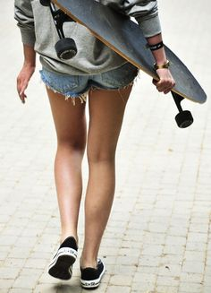 longboard that is exactly what my bestie. Says I look like with my longboard Moda Skate, Girls Skate, Poses, Style Tumblr, A Well Traveled Woman, Skate Style, Cali Style, Sporty Style, Skateboard Girl