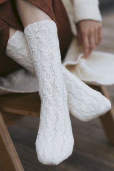 These socks are part of a capsule wardrobe designed by Sari Nordlund, comprising nine designs perfectly compatible with each other. Socks have a French heel. Cable Knitting Patterns, Christmas Knitting Patterns, Lace Knitting, Knitting Socks, Knitting Ideas, Cable Knit Socks, Wool Socks, Lace Socks, Moss Stitch