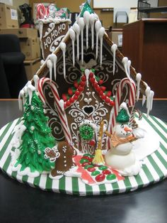 """I like the """"classic"""" style, but the candy should be old-fashioned - and this is the color scheme - gingerbread brown, white, red and green."""