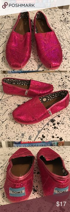 Hot pink sparkle glitter TOMS girls size 2.5 Excellent pre owned condition. Minimal signs of wear. TOMS Shoes Moccasins