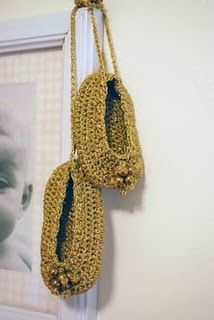 little gold crochet ballet slippers! Felt Shoes, Baby Shoes, Crochet Shoes, Knit Crochet, Gold Mine, Shades Of Gold, Digger, Ballerinas, Fashion Shoes