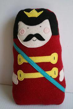 Fique atento Boneco Almofada de Rei em Feltro ,   Boneco Almofada de Rei em Feltro     Os moldes estãoAQUIemPDF,você pode baixá-los ou imprimi-los diretamente . Só não tem o mol... , Rogério Wilbert , http://blog.costurebem.net/2013/01/boneco-almofada-de-rei-em-feltro/ ,  #boneco #costura #feltro #molde #rei