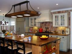 The focus on a traditional kitchen is to create a warm, homey feeling, while allowing you to mix and match colors and textures.