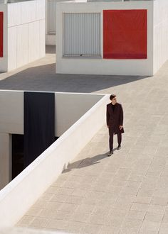 COS puts the spotlight on its oversize tailoring for fall-winter The brand's new campaign features sleek modern silhouettes with a clean and minimal… Minimal Photography, Editorial Photography, Street Photography, Photography Poses, Winter 2017, Fall Winter, Urbane Fotografie, Street Portrait, Barcelona