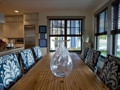 I can picture many wonderful dinners with friends and family at this long table...and love all the natural light!