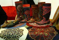 С разрешения dinaza скопирую сюда, очень красивую фотографию предметов татарского декоративно-прикладного искусства, выполненных в технике узорной мозаики по…