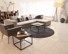 Moderne tæppe i grålige nuancer der passer perfekt ind i enhver stue. Den neutrale farve gør tæppet tidsløst, og du vil helt sikkert blive glad for det i mange år fremover. Du kan finde modellen Aruna her: http://www.sukhi.dk/rund-aruna-kugletaepper.html. Tæppet findes også i en firkantet model. Pris fra: 149 kr