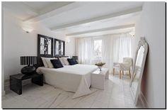 Prachtig effect deze grote witte kuifspiegel in de slaapkamer. Kuifspiegel te koop bij: http://www.barokspiegel.com/klassieke-spiegels/kuifpiegel-franse-stijl-rufino