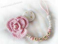 Hier könnt ihr eine süße Blumen - Schnullerkette erwerben, welche mit ganz viel Liebe von mir gefertigt wird. :) Passend dazu gibt es auch eine Babymütze aus Biobaumwolle!  Die große Blume ist...