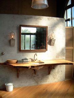 baño, estilo industrial, pared acabo microcemento, lavabo bajo encimera de madera con forma irregular, suelo parquet