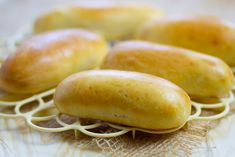 Bułki do hot dogów Homemade Hot Dogs, Homemade Buns, Making Hot Dogs, Pastry Board, Baked Rolls, Pumpkin Recipes, Ketchup, Tray Bakes, Hot Dog Buns