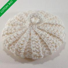 Ce tawashi blanc cassé est doux et délicat. Réalisé avec un fil en coton 100% biologique, il est parfait pour les soins du visage et du corps et pour la toilette de bébé.