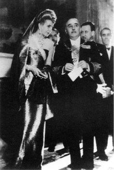 Comida de gala ofrecida por Evita. En horas de la noche, doña María Eva Duarte de Perón ofreció una comida de gala al Jefe del Estado español, Generalísimo Franco y a las primeras autoridades españolas. La misma se llevó a cabo en el espléndido salón comedor del elegante y distinguido Hotel Ritz, situado en las cercanías del Museo del Prado y la Bolsa de Madrid. Con esta cena Evita dió por finalizadas sus actividades de su visita a Madrid. Sábado 14 de Junio de 1947