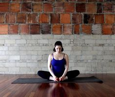 Tâp Yoga chữa đau lưng cho bà bầu - tư thế bươm bướm