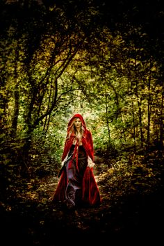 little red riding hood photoshoot Images Esthétiques, Red Ridding Hood, Book 15 Anos, Big Bad Wolf, Fantasy Photography, Red Hood, Foto Pose, Little Red, Lady In Red