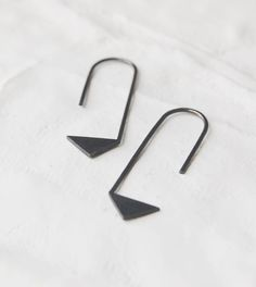 This pair of sterling silver earring is the #17 of Les Géométriques collection, a delicate but easy to wear design inspired by geometry, the perfect gift