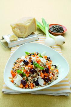 La ricetta facile e veloce per preparare una sfiziosa insalata di farro multicolore: un piatto unico vegetariano con solo 255 calorie per porzione. Provalo!