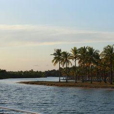 Boipeba é um dos vilarejos mais antigos da Bahia. Foi construído por jesuítas em 1537. A ilha de Boipeba fica entrecortada pelo Mar (Atlântico) e o Rio Boca do Inferno. Assustei com o nome e fui pesquisar a origem. O nome se deu porque a região de Boipeba era habitada por índios aimorés que eram canibais. O Rio tem uma vazão muito grande de águas e criam se enormes bancos de areias  ocasionando em milhares de encalhamento dos navios portugueses que encalhados eram atacados e devorados pelos…