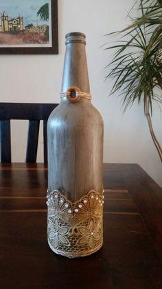 garrafa de cerveja decorada.. Recycled Glass Bottles, Painted Wine Bottles, Vintage Bottles, Bottles And Jars, Wine Bottle Art, Diy Bottle, Wine Bottle Crafts, Jar Art, Wine Decor