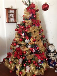 Christmas Wreaths For Windows, Christmas Tree Decorations Ribbon, Christmas Mantels, Xmas Tree, Beautiful Christmas Trees, Christmas Love, All Things Christmas, Christmas 2019, Holiday Decor