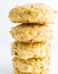 Garlic Parmesan Biscuits (Low Carb, Gluten-free) - These buttery garlic parmesan biscuits are paleo, low carb, and extremely easy to make. net carb per serving Low Carb Biscuit, Low Carb Bread, Low Carb Keto, Keto Bread, Dukan Diet Recipes, Low Carb Recipes, Cooking Recipes, Diabetic Recipes, Bolo Paleo