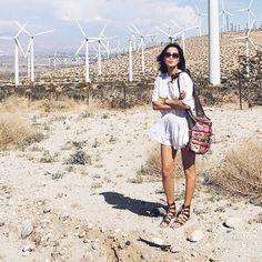 Pin for Later: 17 Fotos von Mode-Bloggern, die genau verraten was man für einen Urlaub packen sollte  Paart Gladiatorensandalen mit weißen Kleidern und mutet so einer griechischen Göttin an.