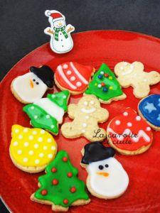 cookies with Christmas glaze - DIY Christmas Cookies Iced Cookies, Cookie Desserts, Cookies Et Biscuits, Sugar Cookies, Christmas Cupcakes, Christmas Sweets, Diy Christmas, Cake Recipes, Dessert Recipes