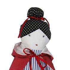A croquer ! Adorable poupée en tissu avec une magnifique cap réversible. Á câliner, jouer avec et décorer la chambre. Fabriquée en coton doux, rembourrage antiallergique - fibres silicones. Entièrement cousue et brodée à la main, sans aucun élément en plastique - pas de danger pour l'enfant. Conçue pour les petites mains - facile à attraper et à habiller la cap. Belle et drôle elle deviendras tout naturellement la meilleure copine de votre enfant. Fabrication européenne garantie. Hauteur 42…