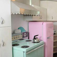Smeg rosa para deixar todos morrendo de amores.  www.eutambemdecoro.com.br  Foto via: Pinterest  #decoracao #decor #decorarion #decoration #arquitetura #design #designdeinteriores #architecture #inspiracao #decora #decoro #ideia #vintage #geladeira #smeg #cozinha #kitchen #cores #rosa