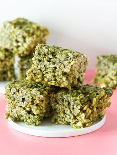 Get your matcha fix with these delicious green tea flavored rice krispies treats! (Click through for video and recipe) by Sarah Hearts